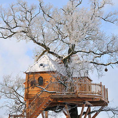 cabane perch e dans les branches en aveyron. Black Bedroom Furniture Sets. Home Design Ideas